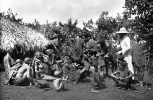 Ingresso del missionario in un villaggio, tutti l'accolgono in festa
