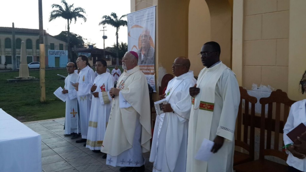 Celebração presidida por dom Elio Rama comemora Jubileu de Prata do padre Lima.