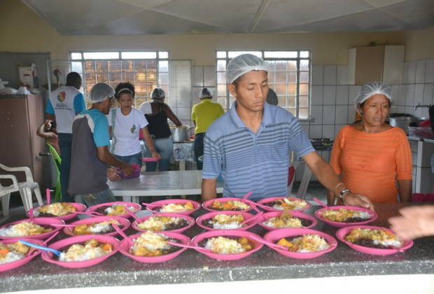Voluntários preparam alimentação para crianças imigrantes