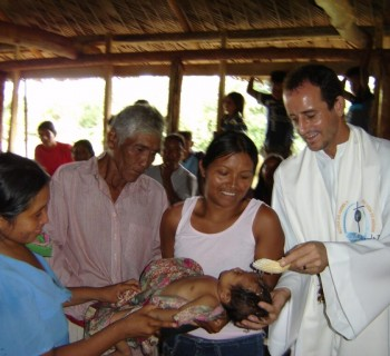 Padre Vilson celebra batismos em Nabasanuka – Foto: Josiah K'okal