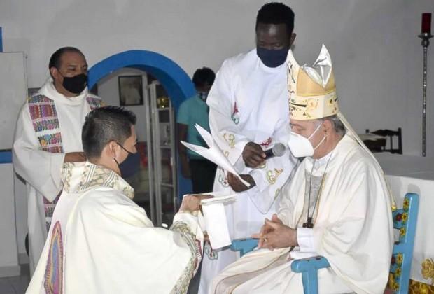 Momento da ordenação sacerdotal de padre Elmer.