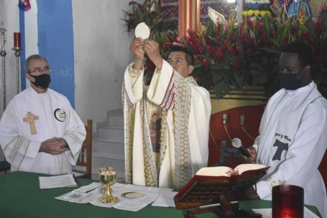 Padre Elmer presidindo sua primeira celebração eucarística. Fotos: Arquivo IMC México