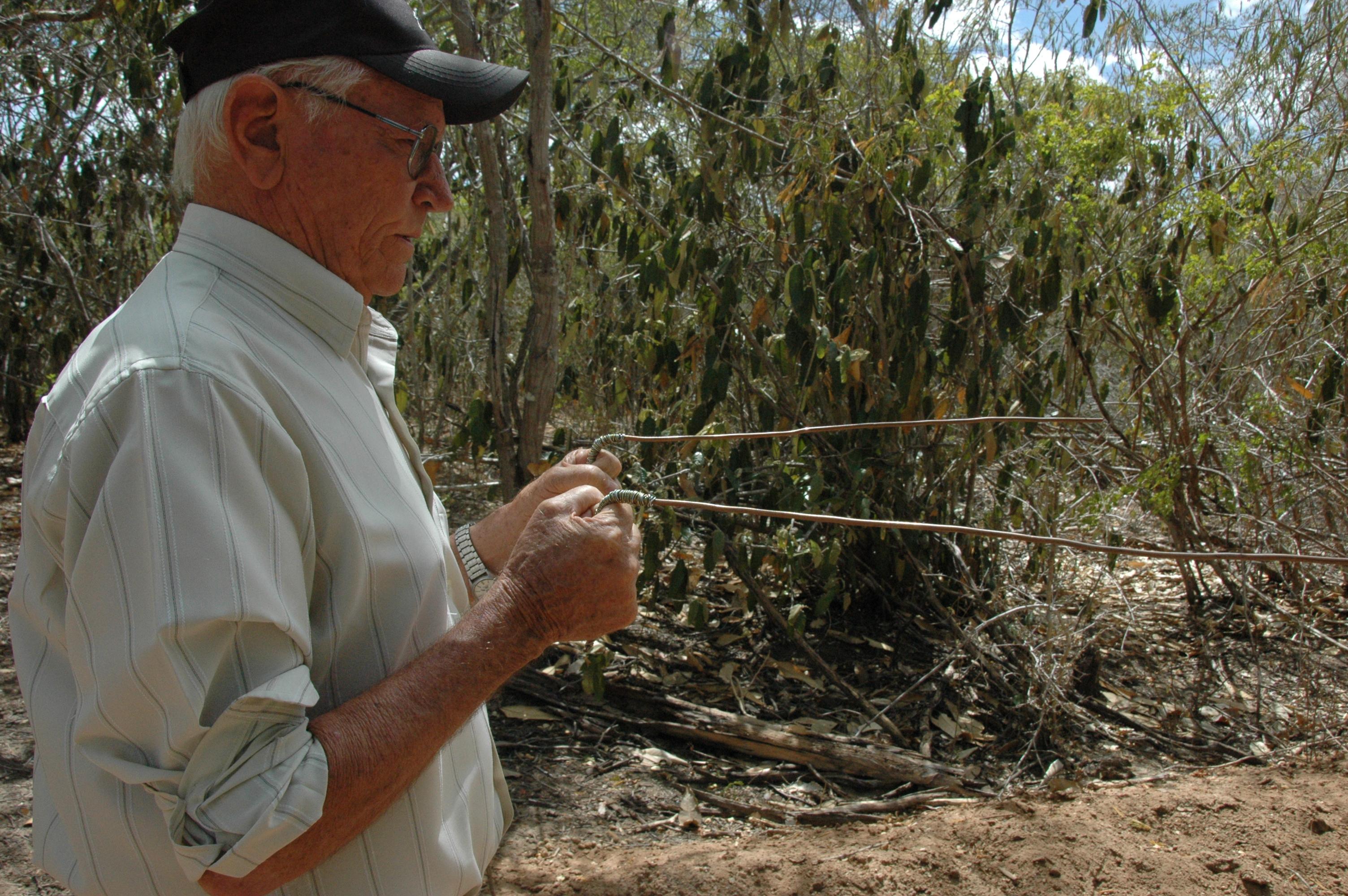 Pe. Vidal procura água com a ajuda da varinha (4)